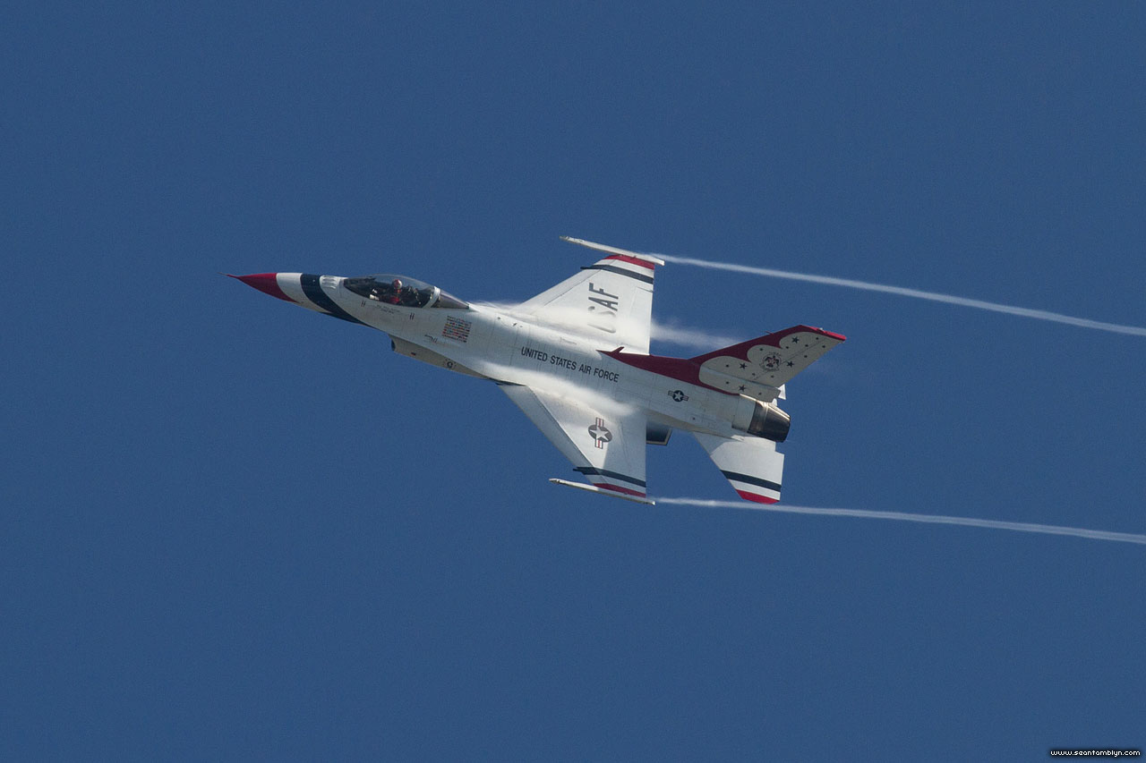 Leading edge condensation on USAF Thunderbird F-16, CIAS 2018, Canadian International Air Show 2018
